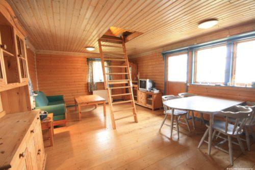 Wohn- /Essbereich mit Zugang zum Schlafboden – Ferienhaus Majblomme