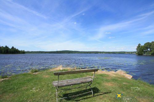 Sitzplatz am See – Ferienhaus Sjöstugan Åsunden