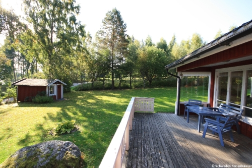 Terrasse mit Blick auf den Garten – Ferienhaus Lindholm