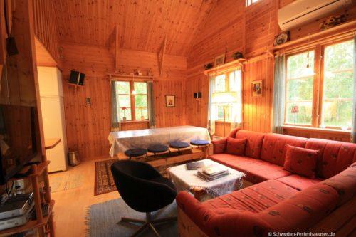 Wohnzimmer- /Essbereich mit offener Küche – Ferienhaus Blåa Huset
