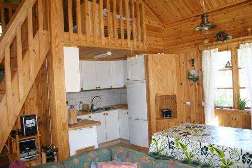 Wohnbereich mit Zugang zum Schlafloft - Ferienhaus Gröna Huset
