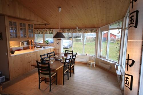 Wohn- /Essbereich mit offener Küche – Ferienhaus Dennbo