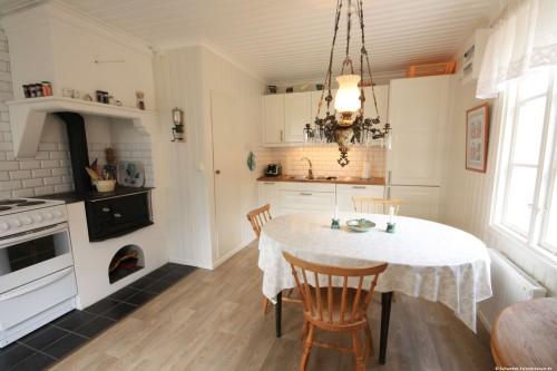 Küche mit Essplatz – Ferienhaus Lugnabo
