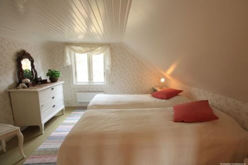 Schlafzimmer 1 (Durchgangszimmer) – Ferienhaus Lugnabo
