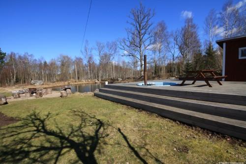 Außenbadetonne mit Saunahaus und Schwimmteich – Ferienhaus Lund