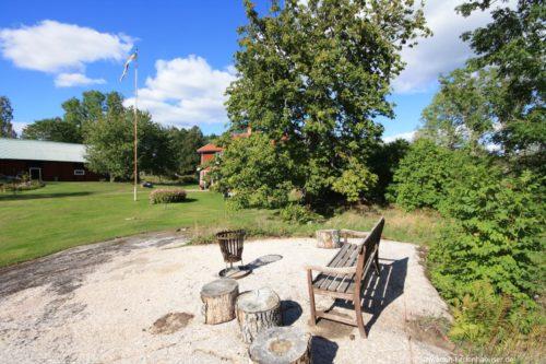 gemütlicher Sitzplatz mit Lagerfeuerplatz – Ferienhaus Rimforsa