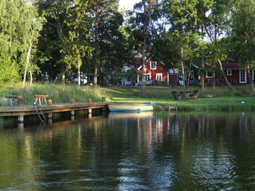 Blick vom Wasser – Ferienhaus Rockneby