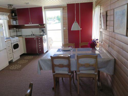Wohn- /Essbereich mit offener Küche – Ferienhaus Svanefjorden