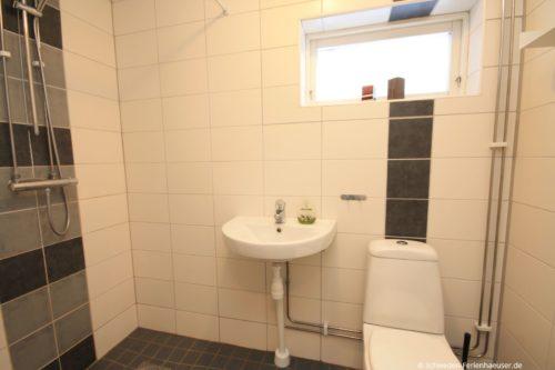 Badezimmer 2 (Erdgeschoss) – Ferienhaus Bro