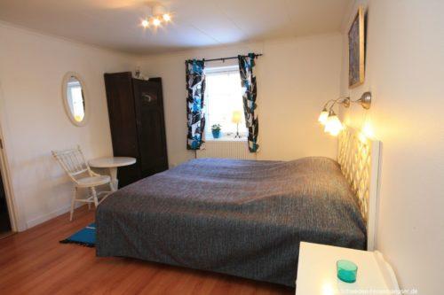 Schlafzimmer 6 (Obergeschoss) – Ferienhaus Bro