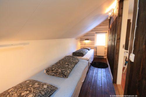 Schlafzimmer 3 (Obergeschoss) – Ferienhaus Bro