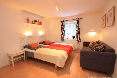Schlafzimmer 4 (Obergeschoss) – Ferienhaus Bro