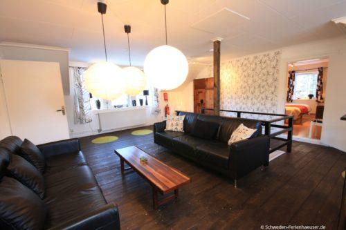 Wohnzimmer (Obergeschoss) – Ferienhaus Bro