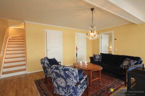 Wohnbereich 2 mit TV und Kamin – Ferienhaus Hurven 2