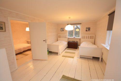 Schlafzimmer 3 (Obergeschoss); Durchgangszimmer – Ferienhaus Ask