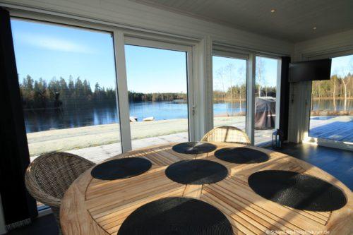 Essbereich mit Seeblick – Ferienhaus Sjötorpet